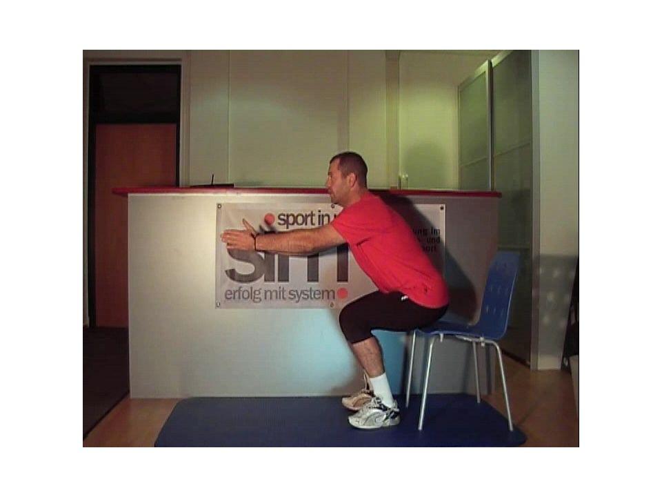Übung 2: Ausgangsstellung: Rückenlage, 1 Bein mit der Ferse auf einen Sessel, Hüfte und Knie rechtwinkelig gebeugt, 2.