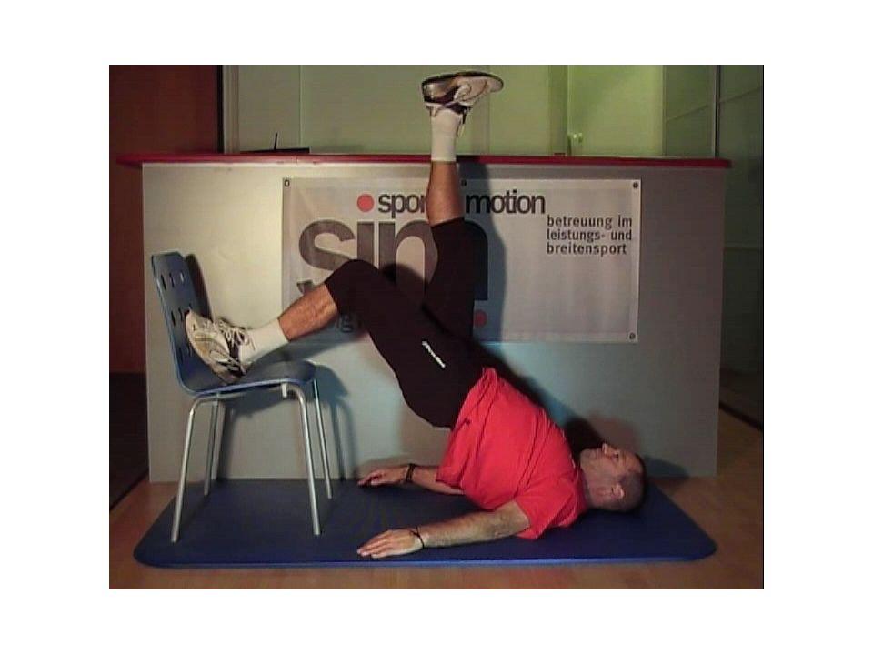 Übung 3: Ausgangsstellung: Rückenlage auf dem Boden, Hände liegen neben dem Körper, Handflächen zeigen nach oben, Aufgabe: Oberkörper und Arme abheben, Brustbein bewegt sich in Richtung Decke, nicht einrollen!, Oberkörper wieder senken, ohne dass die Spannung nachlässt, Wiederholungen: 3x20 Erschwernis: Hände seitlich an den Kopf,