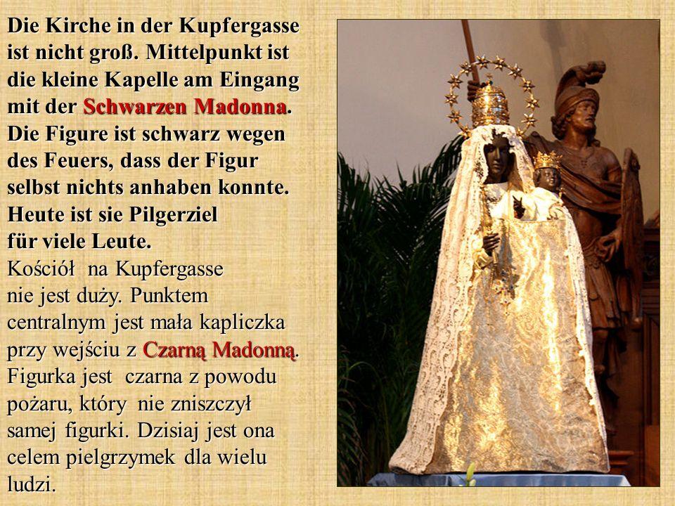 Die Kirche in der Kupfergasse ist nicht groß. Mittelpunkt ist die kleine Kapelle am Eingang mit der Schwarzen Madonna. Die Figure ist schwarz wegen de