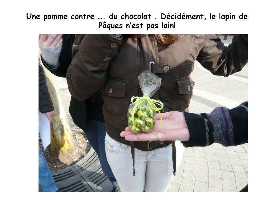 Une pomme contre …. du chocolat. Décidément, le lapin de Pâques nest pas loin!