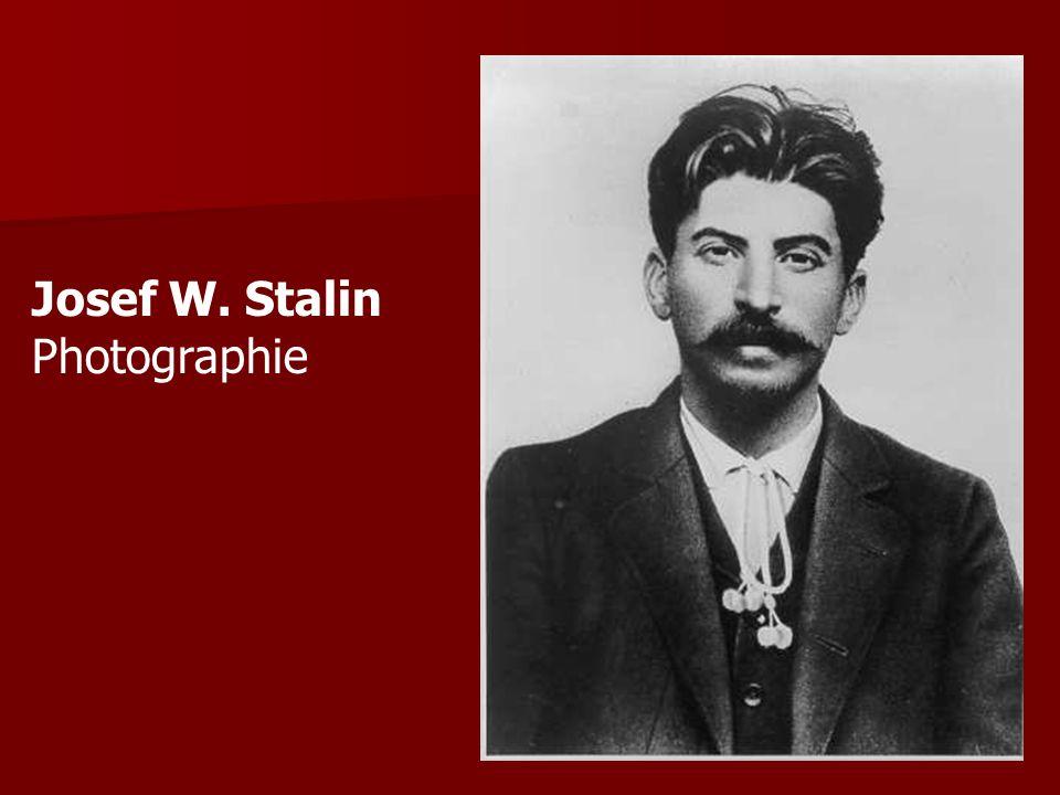 Politische Karriere 1904 Flucht aus Sibirien + Organisation für Raubüberfällen von Revolutionären 1904 Flucht aus Sibirien + Organisation für Raubüberfällen von Revolutionären Einschätzung Lenins als glänzender Organisator -> Berufung in das Zentralkomitee der Bolschewiken Einschätzung Lenins als glänzender Organisator -> Berufung in das Zentralkomitee der Bolschewiken Ab jetzt Benutzung des Namens Stalin ( der Stählerne ) Ab jetzt Benutzung des Namens Stalin ( der Stählerne ) 1913 – 1916 Verbannung nach Sibirien 1913 – 1916 Verbannung nach Sibirien Nach Ende der Zarenherrschaft -> arbeitet in St.