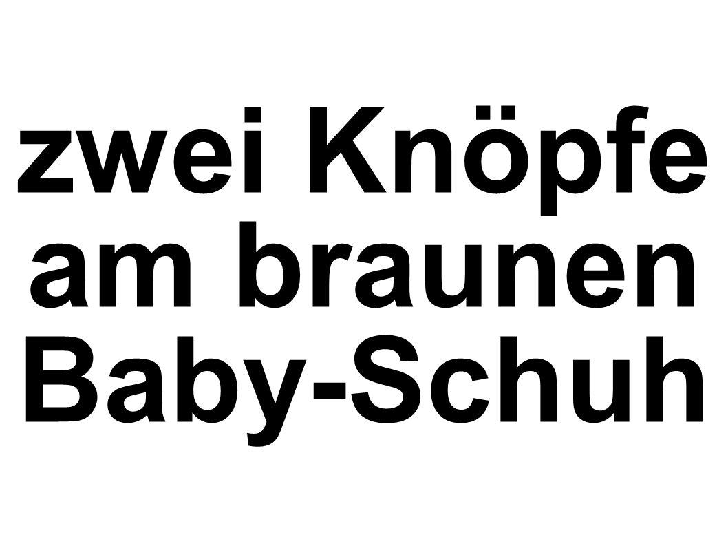 zwei Knöpfe am braunen Baby-Schuh