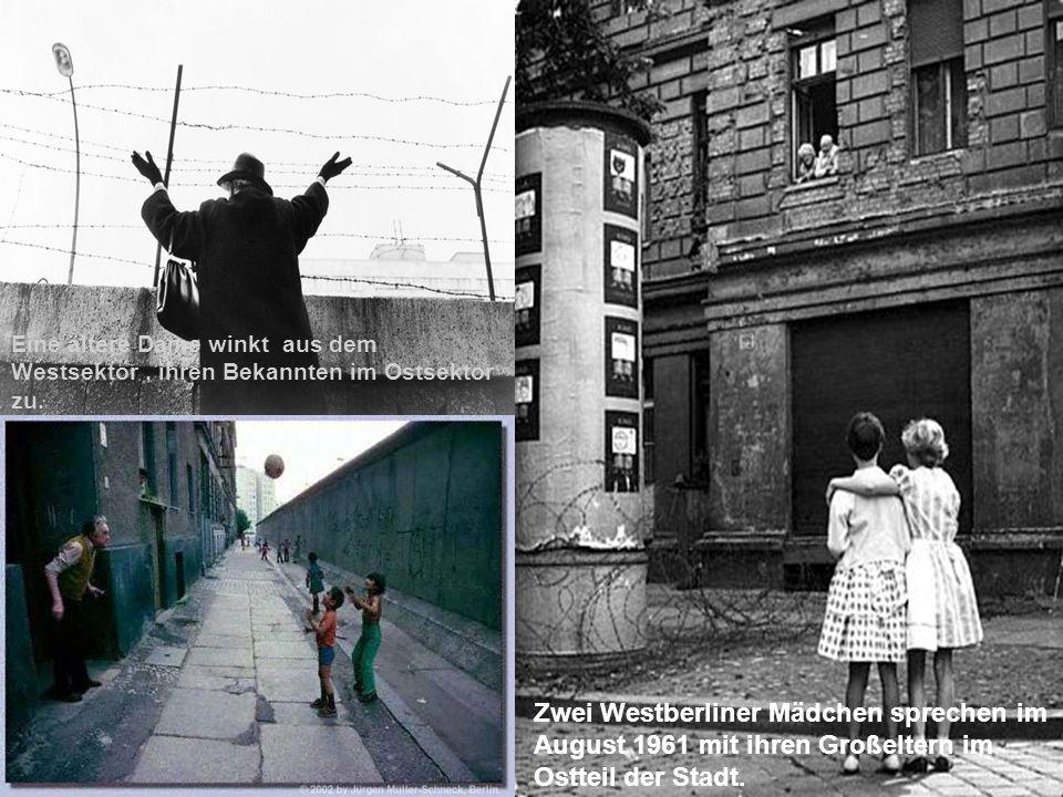 Zwei Westberliner Mädchen sprechen im August 1961 mit ihren Großeltern im Ostteil der Stadt. Eine ältere Dame winkt aus dem Westsektor, ihren Bekannte