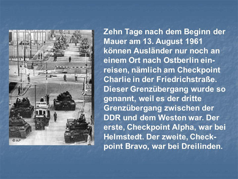 Zehn Tage nach dem Beginn der Mauer am 13. August 1961 können Ausländer nur noch an einem Ort nach Ostberlin ein- reisen, nämlich am Checkpoint Charli