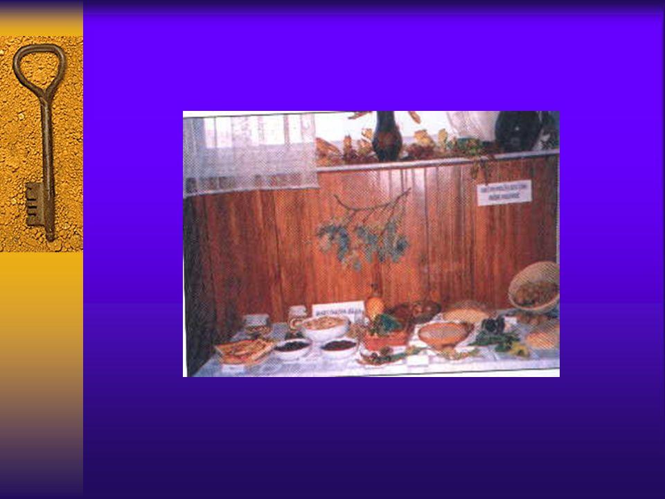 Die traditional Essen ist: der Sterz der Hauslich Brot aus die Backofen und gibanica