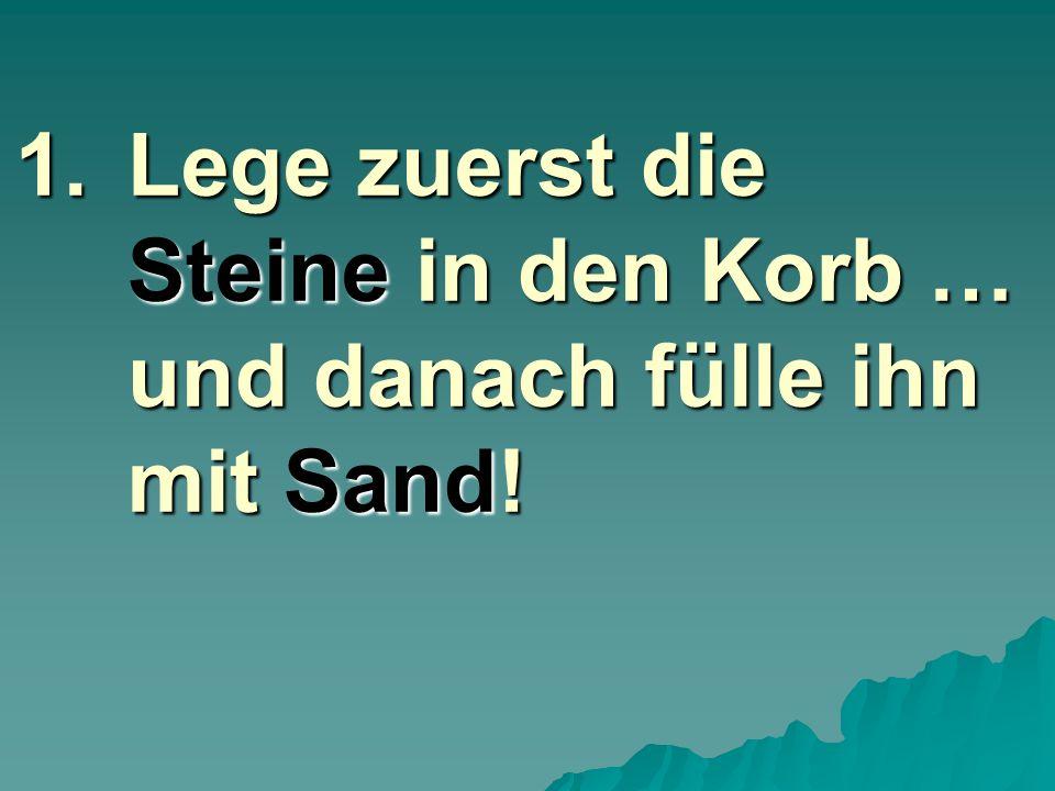 1.L ege zuerst die Steine in den Korb … und danach fülle ihn mit Sand!