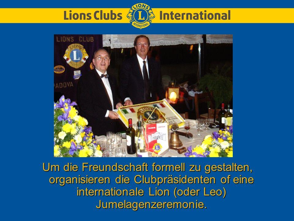 Um die Freundschaft formell zu gestalten, organisieren die Clubpräsidenten of eine internationale Lion (oder Leo) Jumelagenzeremonie.