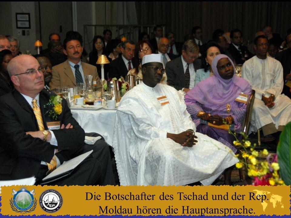 Die Botschafter des Tschad und der Rep. Moldau hören die Hauptansprache.