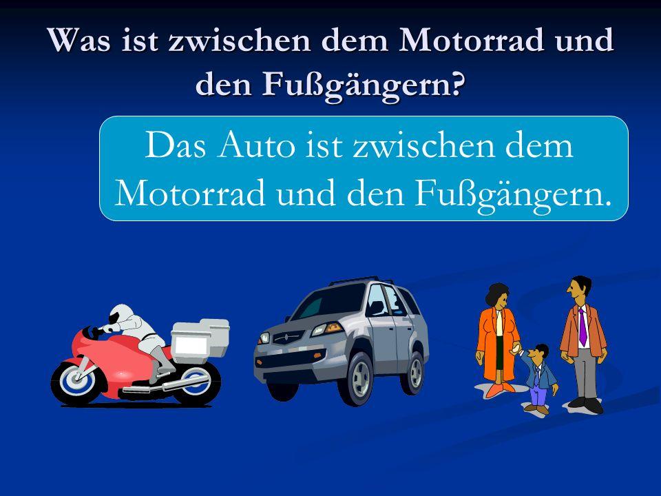Was ist zwischen dem Motorrad und den Fußgängern? Das Auto ist zwischen dem Motorrad und den Fußgängern.