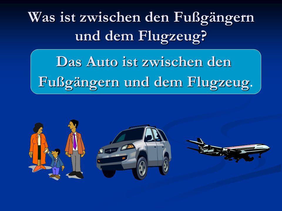 Was ist zwischen den Fußgängern und dem Flugzeug? Das Auto ist zwischen den Fußgängern und dem Flugzeug Fußgängern und dem Flugzeug.