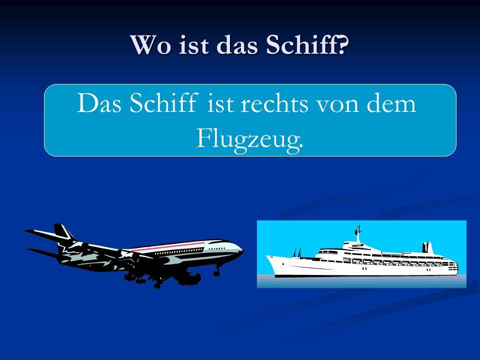 Wo ist das Schiff? Das Schiff ist rechts von dem Flugzeug.