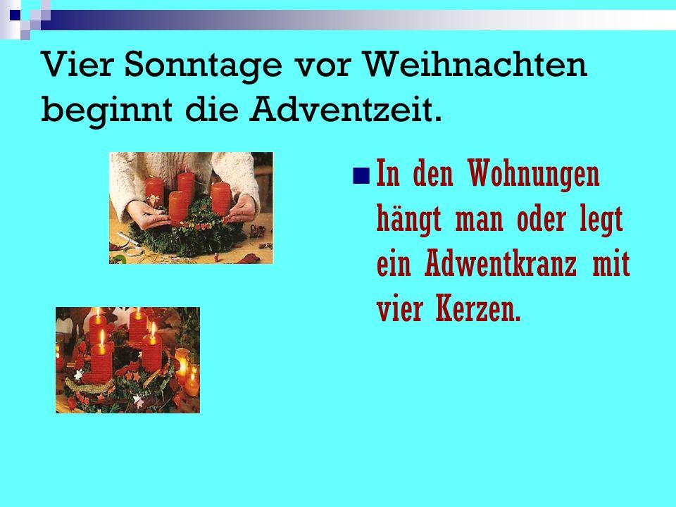 Vier Sonntage vor Weihnachten beginnt die Adventzeit. In den Wohnungen hängt man oder legt ein Adwentkranz mit vier Kerzen.