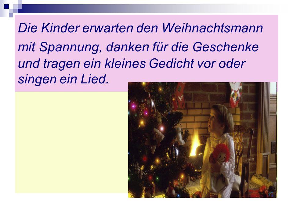 Die Kinder erwarten den Weihnachtsmann mit Spannung, danken für die Geschenke und tragen ein kleines Gedicht vor oder singen ein Lied.