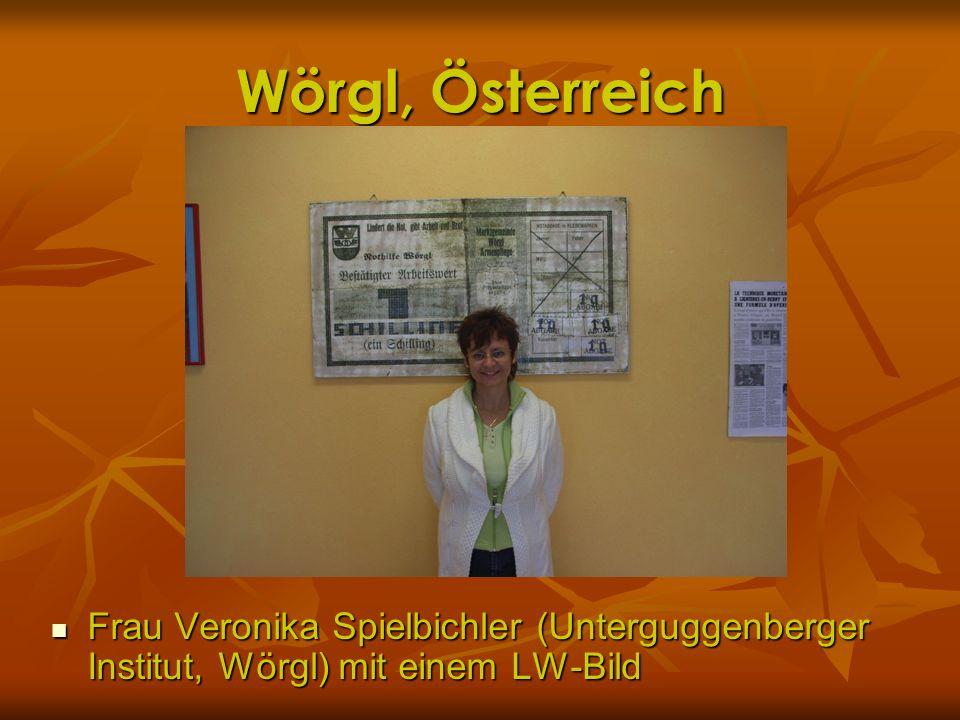 Wörgl, Österreich Frau Veronika Spielbichler (Unterguggenberger Institut, Wörgl) mit einem LW-Bild Frau Veronika Spielbichler (Unterguggenberger Insti
