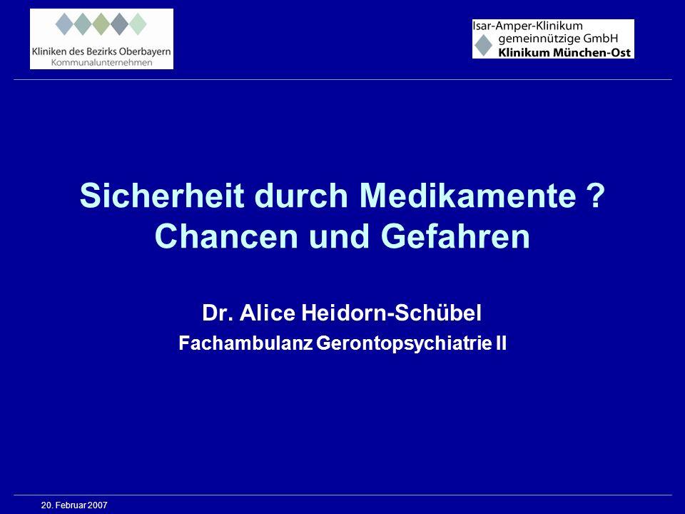 Neuroleptika Behandlungsprobleme / häufige Nebenwirkungen II ZNS : Extrapyramidalmotorische Störungen Dyskinesien (unwillkürliche Bewegungen) Parkinson-Symptomatik ( Zittern, Bewegungseinschränkung, Sturzgefahr ) Akathisie ( Sitz-, Beinunruhe ) > v.a.hochpotente konventionelle NL >> ggf.