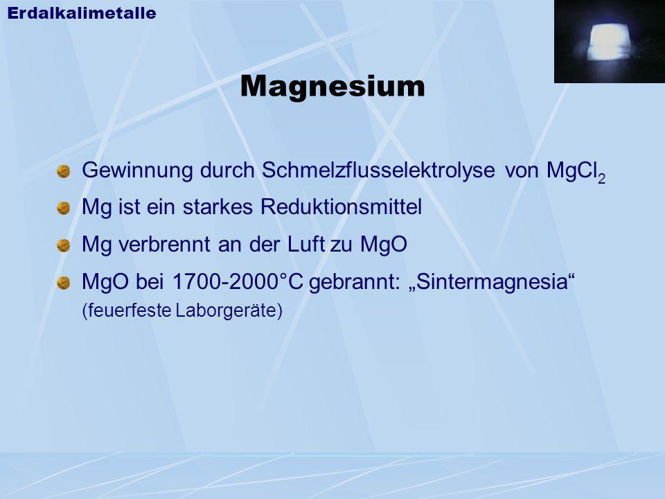 Magnesium Gewinnung durch Schmelzflusselektrolyse von MgCl 2 Mg ist ein starkes Reduktionsmittel Mg verbrennt an der Luft zu MgO MgO bei 1700-2000°C g