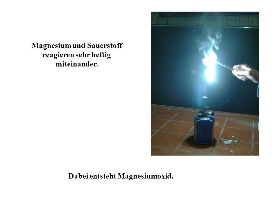 Magnesium und Sauerstoff reagieren sehr heftig miteinander. Dabei entsteht Magnesiumoxid.