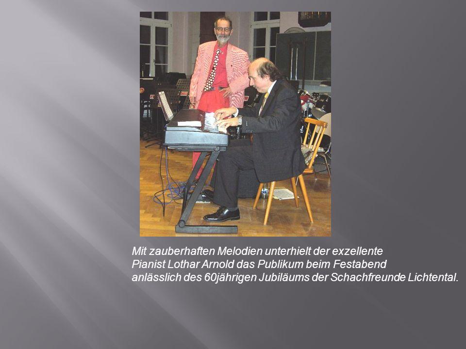 Mit zauberhaften Melodien unterhielt der exzellente Pianist Lothar Arnold das Publikum beim Festabend anlässlich des 60jährigen Jubiläums der Schachfreunde Lichtental.