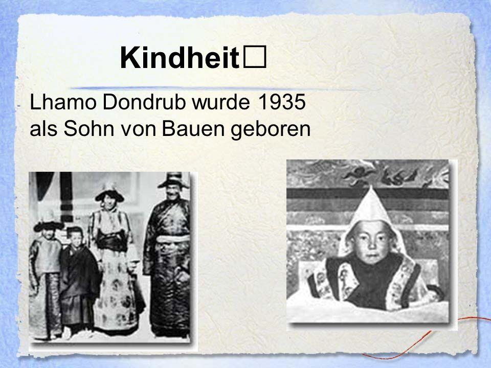 Tenzin Gyatso Nachdem der kleine Lhamo die Test bestanden hatte, erhielt er den Namen Tenzin Gyatso Seine Ausbildung zum Dalai Lama wurde durch die Eroberung Tibets durch China unterbrochen Musste nach der Niederschlagung eines Aufstandes in der Hauptstadt Tibets nach Indien fliehen