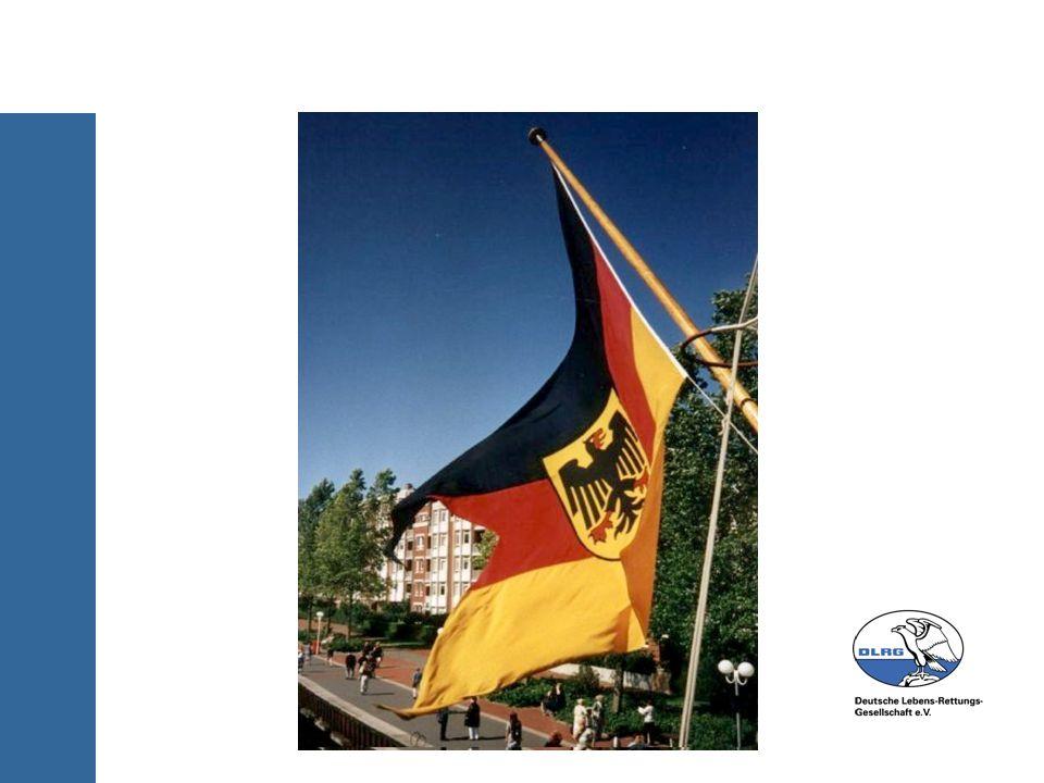 : Gastflagge: im Ausland im Hafen oder vor Anker Nationale des Gastlandes unter der Steuerbordsaling, im Vortopp oder am Bug.