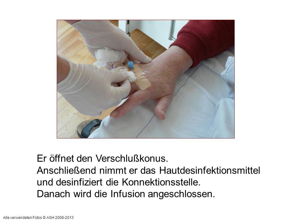 Danach zieht er die Handschuhe aus und macht eine Händedesinfektion.