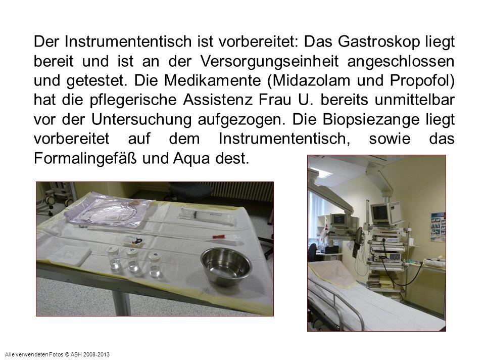 Der Instrumententisch ist vorbereitet: Das Gastroskop liegt bereit und ist an der Versorgungseinheit angeschlossen und getestet. Die Medikamente (Mida