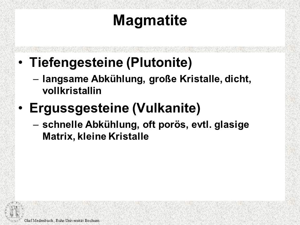 Olaf Medenbach, Ruhr-Universität Bochum Klassifikation der Magmatite chemische Klassifikation – sauer – basisch nach dem Gehalt an SiO 2 mineralogische Klassifikation –nach dem Mineralbestand –modaler Mineralbestand (quantitative Bestimmung der Volumenanteile) –normativer Mineralbestand (Berechnung des modalen Mineralbestands aus der chemischen Zusammensetzung) Farbzahl M –M ist die Summe der Volumina dunkler Minerale (Biotit, Pyroxen, Amphibol etc.) –leukokrate Gesteine (hell), meist SiO 2 -reich (~ 70%) –melanokrate Gesteine (dunkel), meist SiO 2 - arm (~ 50%)