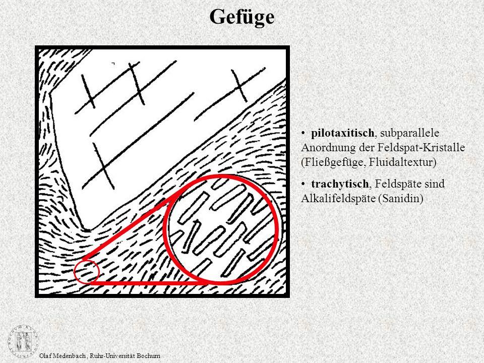 Olaf Medenbach, Ruhr-Universität Bochum Gefüge pilotaxitisch, subparallele Anordnung der Feldspat-Kristalle (Fließgefüge, Fluidaltextur) trachytisch,