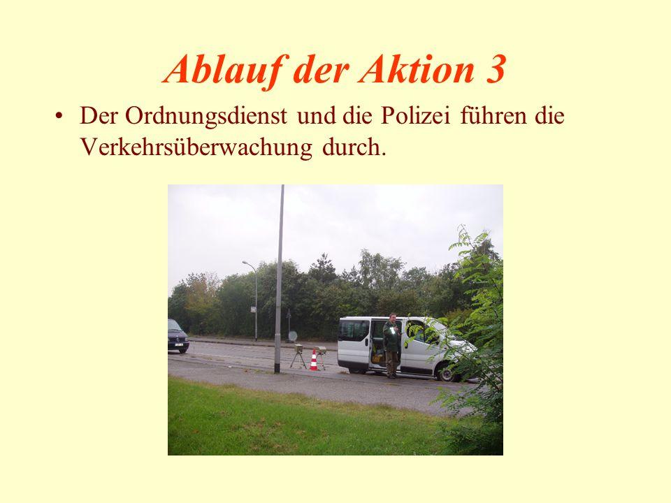 Ablauf der Aktion 3 Der Ordnungsdienst und die Polizei führen die Verkehrsüberwachung durch.