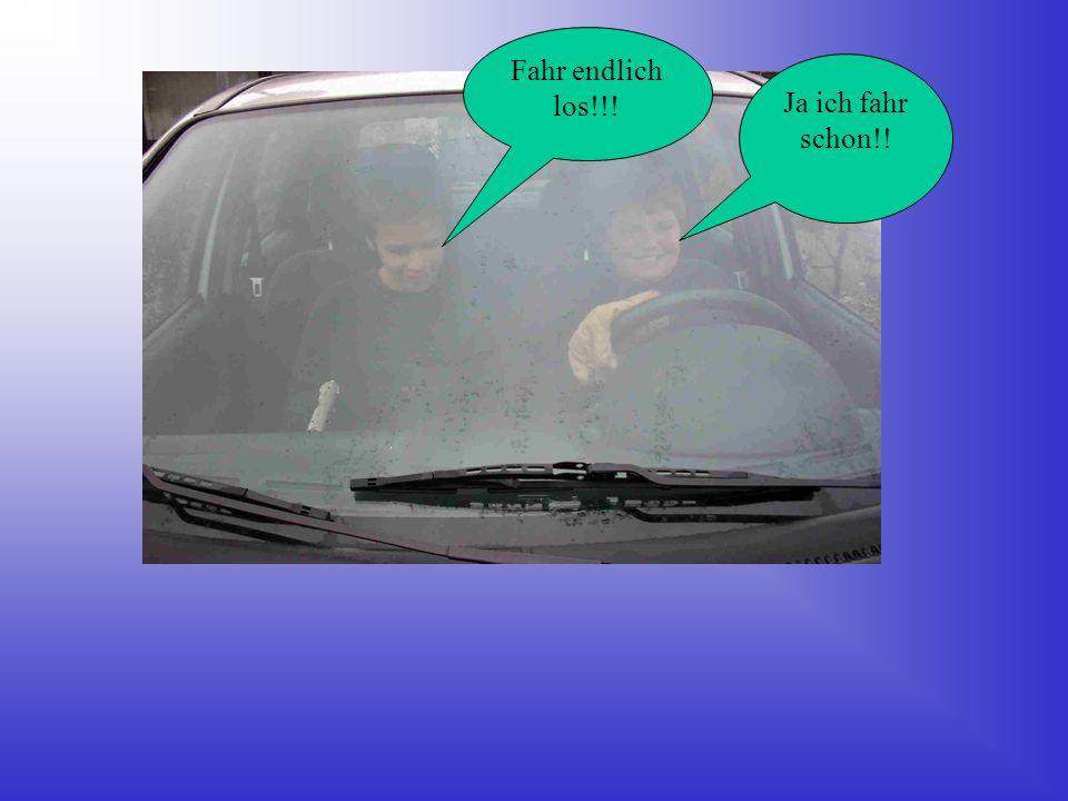 Endlich ist eins auf. Max und Axel freuen sich das endlich ein Auto offen ist!