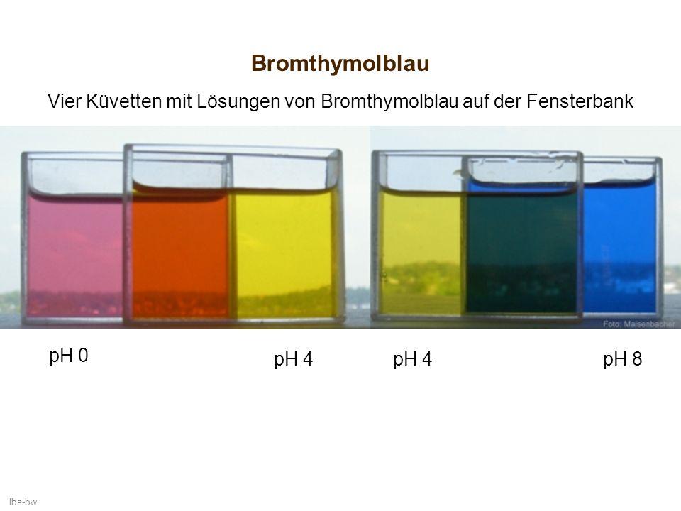 lbs-bw Bromthymolblau Vier Küvetten mit Lösungen von Bromthymolblau auf der Fensterbank pH 0 pH 8pH 4