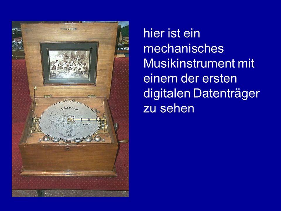 hier ist ein mechanisches Musikinstrument mit einem der ersten digitalen Datenträger zu sehen