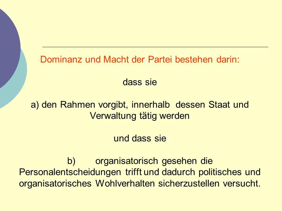Dominanz und Macht der Partei bestehen darin: dass sie a) den Rahmen vorgibt, innerhalb dessen Staat und Verwaltung t ä tig werden und dass sie b) org