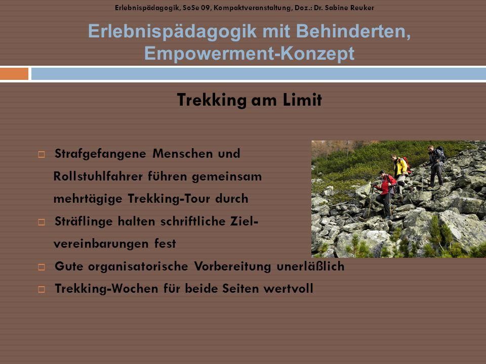 Trekking am Limit Strafgefangene Menschen und Rollstuhlfahrer führen gemeinsam mehrtägige Trekking-Tour durch Sträflinge halten schriftliche Ziel- ver
