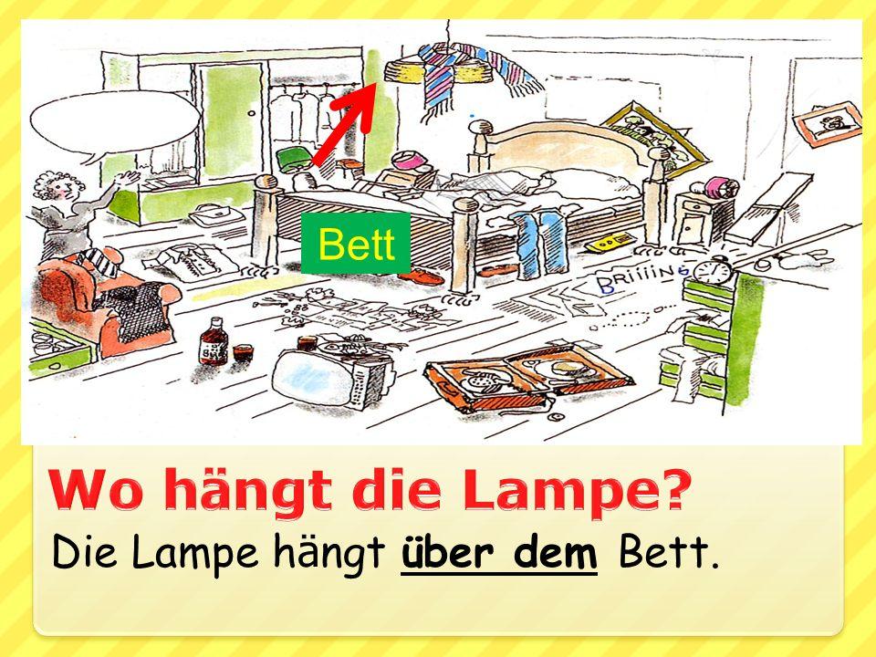 Die Lampe h ä ngt über dem Bett. Bett