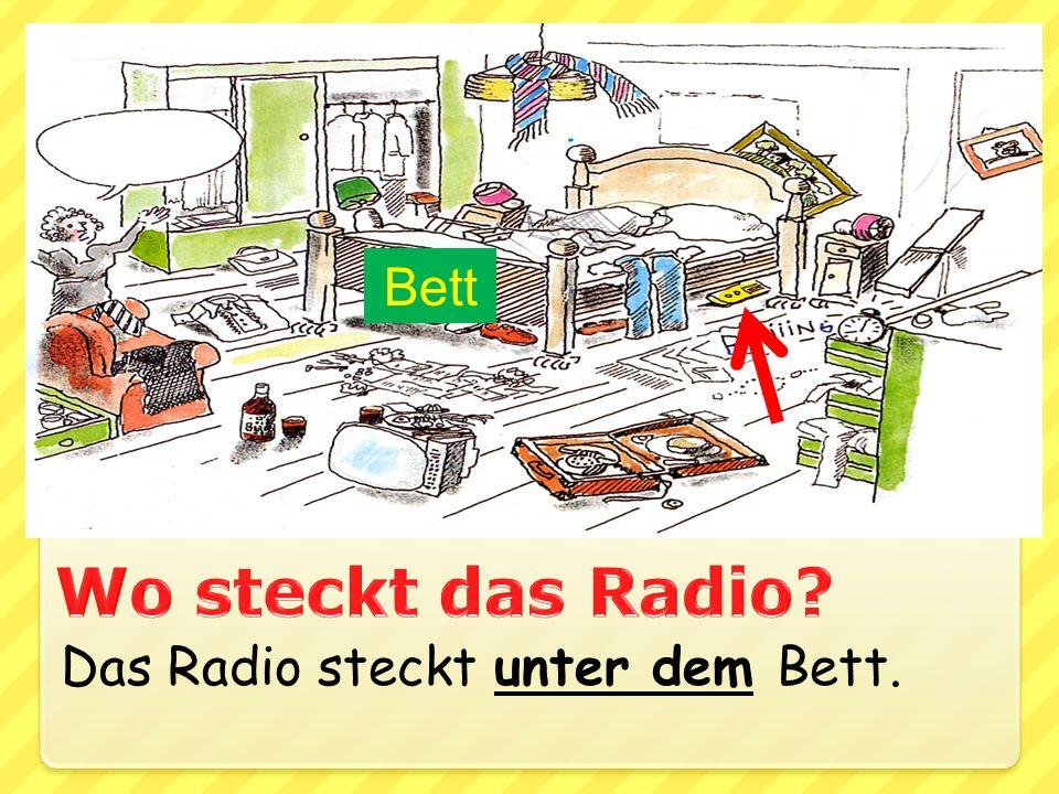Das Radio steckt unter dem Bett. Bett