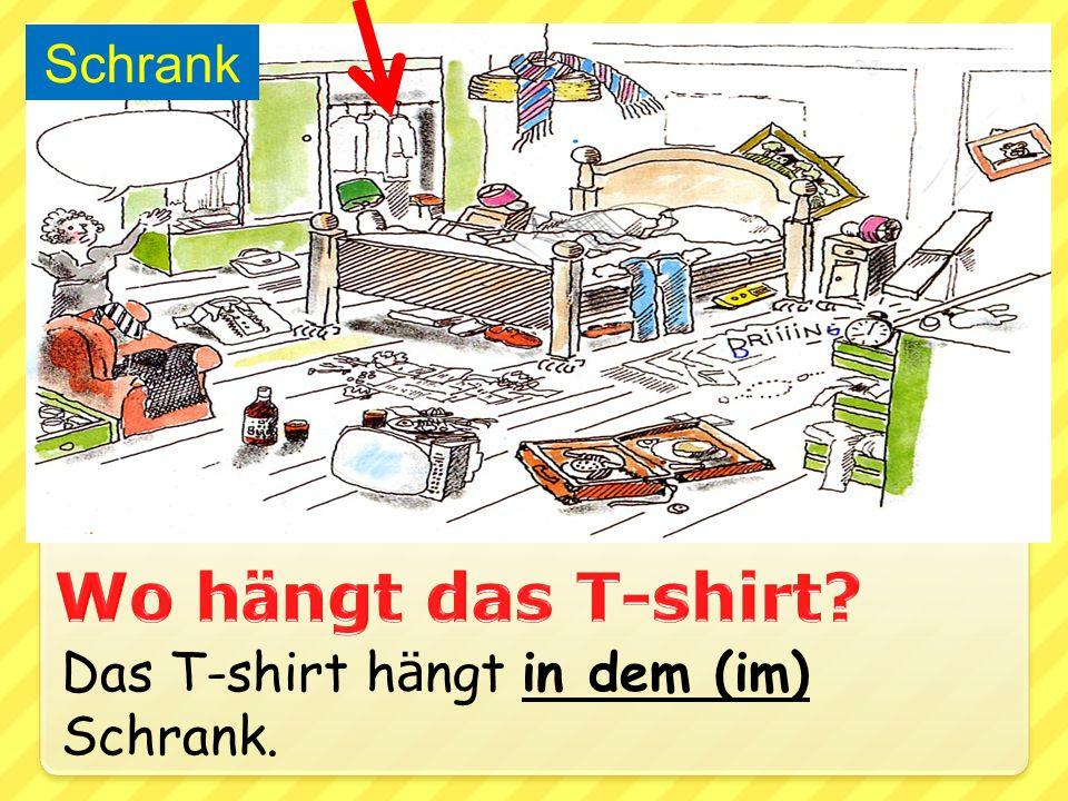 Das T-shirt h ä ngt in dem (im) Schrank. Schrank