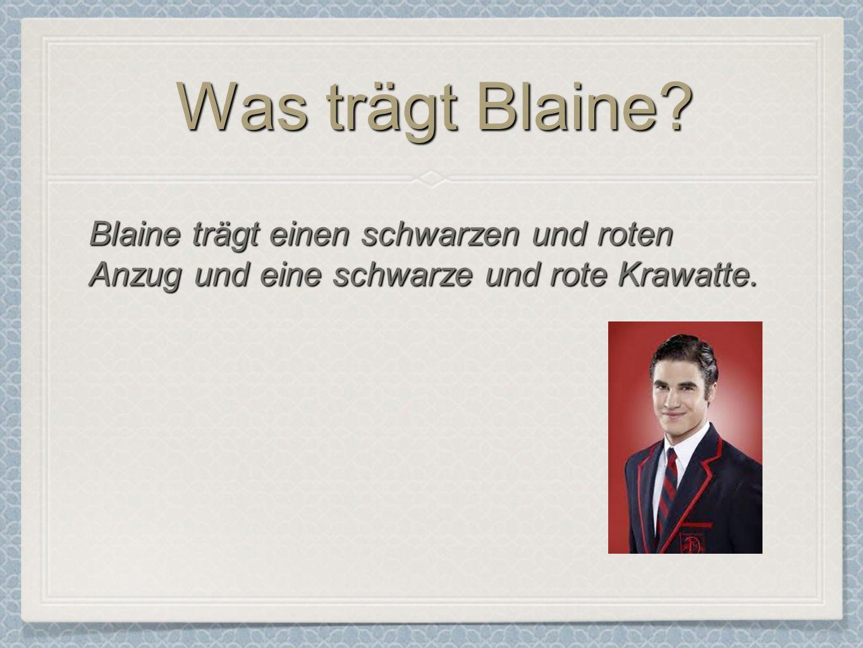 Was trägt Blaine? Blaine trägt einen schwarzen und roten Anzug und eine schwarze und rote Krawatte.