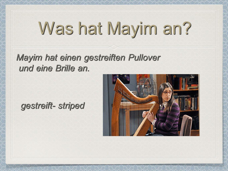 Was hat Mayim an? Mayim hat einen gestreiften Pullover und eine Brille an. gestreift- striped