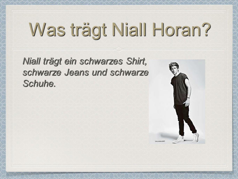 Was trägt Niall Horan? Niall trägt ein schwarzes Shirt, schwarze Jeans und schwarze Schuhe.