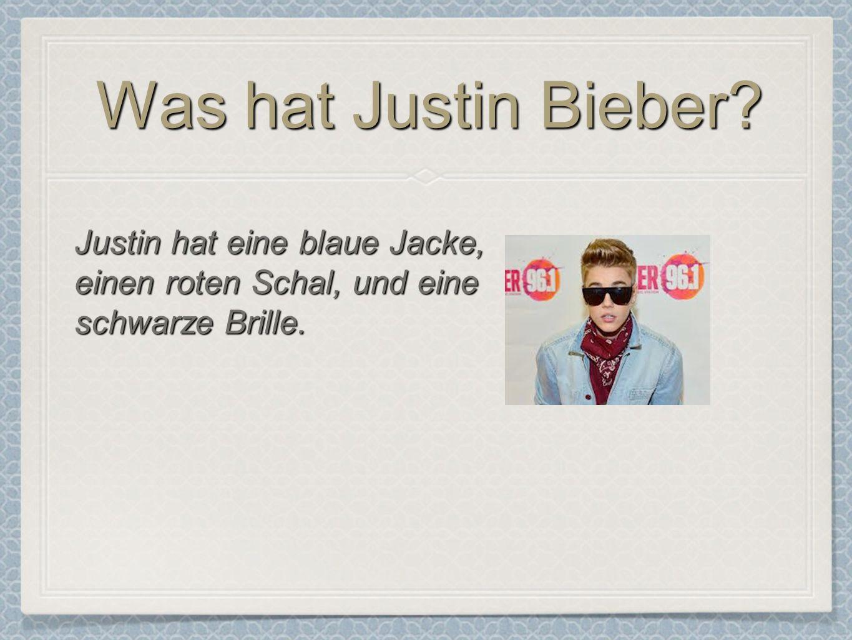 Was hat Justin Bieber? Justin hat eine blaue Jacke, einen roten Schal, und eine schwarze Brille.