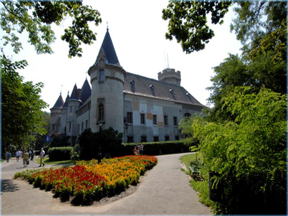 Zunächst legen Sie das heutige Schloss im 1482 wurde ein Steinhaus, das litt während wiederholten Änderungen der Mode und der rund um die Zeit, die sie organisierte eine grüne Fläche.