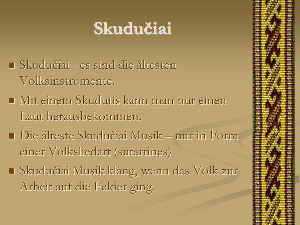 Skudučiai Skudučiai - es sind die ältesten Volksinstrumente. Skudučiai - es sind die ältesten Volksinstrumente. Mit einem Skudutis kann man nur einen