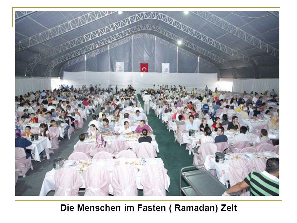 Die Menschen im Fasten ( Ramadan) Zelt