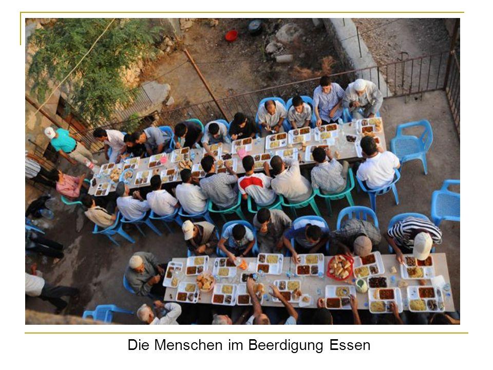 Die Menschen im Beerdigung Essen
