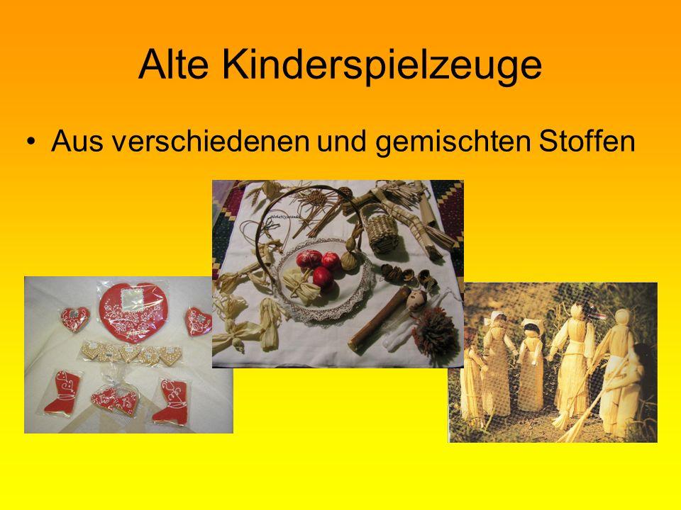 Alte Kinderspielzeuge Aus verschiedenen und gemischten Stoffen