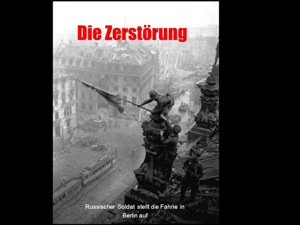Die Zerstörung Russischer Soldat stellt die Fahne in Berlin auf