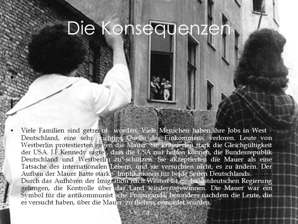 Zwei Westberliner Mädchen sprechen im August 1961 mit ihren Großeltern im Ostteil der Stadt.