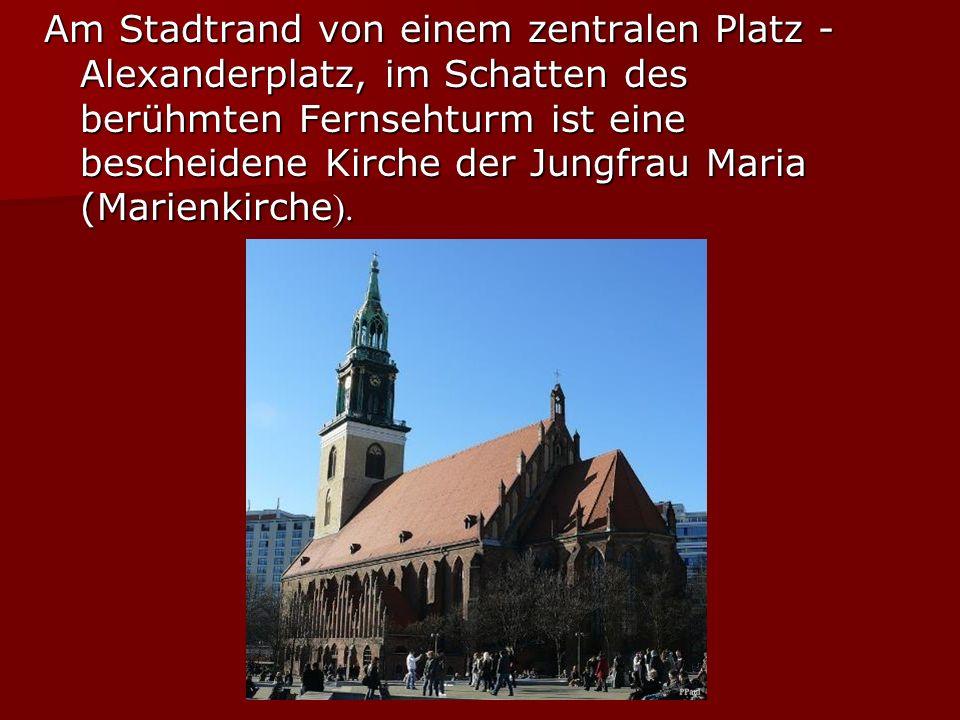 Am Stadtrand von einem zentralen Platz - Alexanderplatz, im Schatten des berühmten Fernsehturm ist eine bescheidene Kirche der Jungfrau Maria (Marienkirche ).