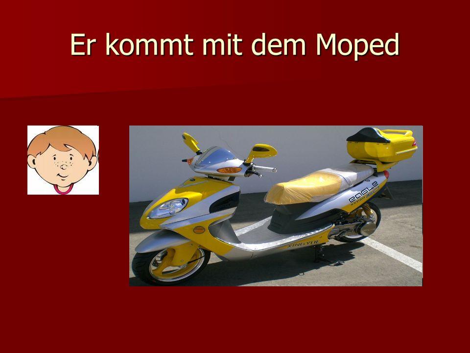 Er kommt mit dem Moped